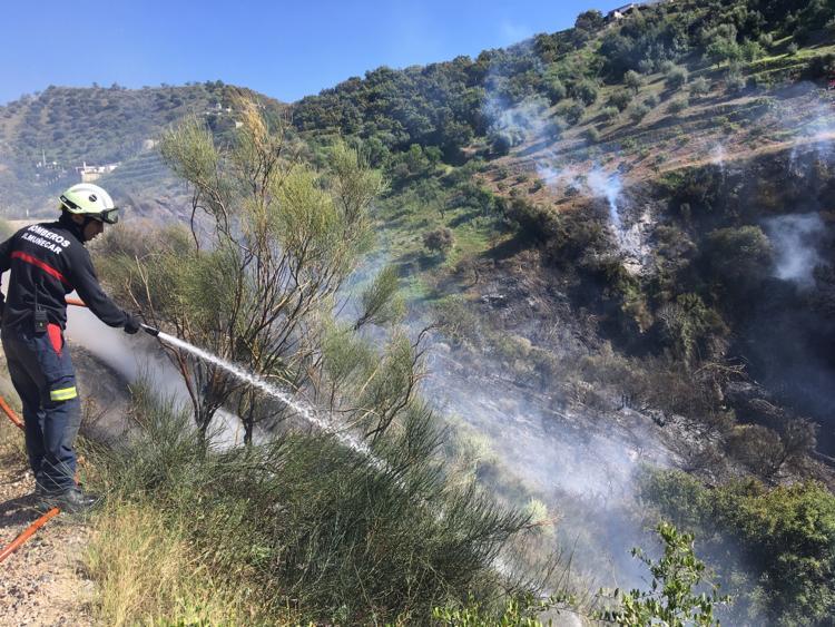 BOMBEROS ALMUÑECAR EN EL FUEGO BARRANCO LOS NEGROS RIO JATE LA HERRADURA 4