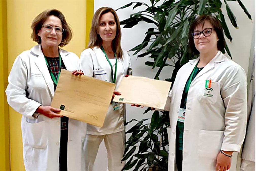 La psicóloga, Soledad Linares, a la derecha,entrega cartas a personal de Enfermería