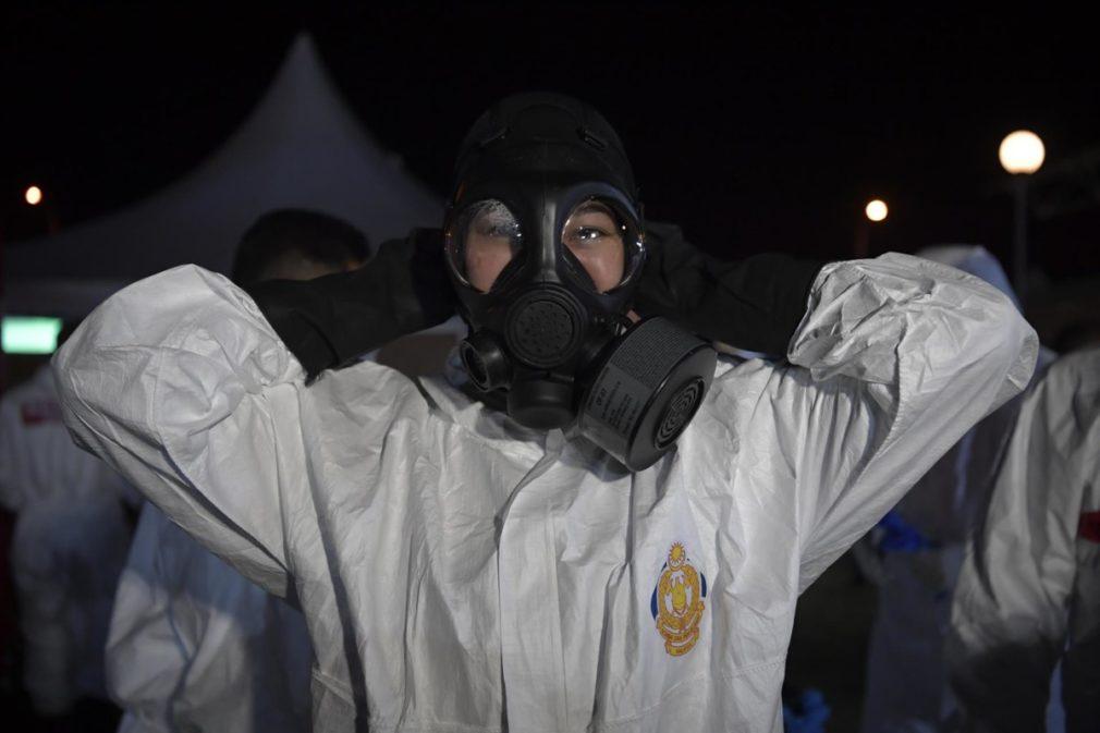 Una trabajadora sanitaria con su equipo de protección en la capital de Malasia