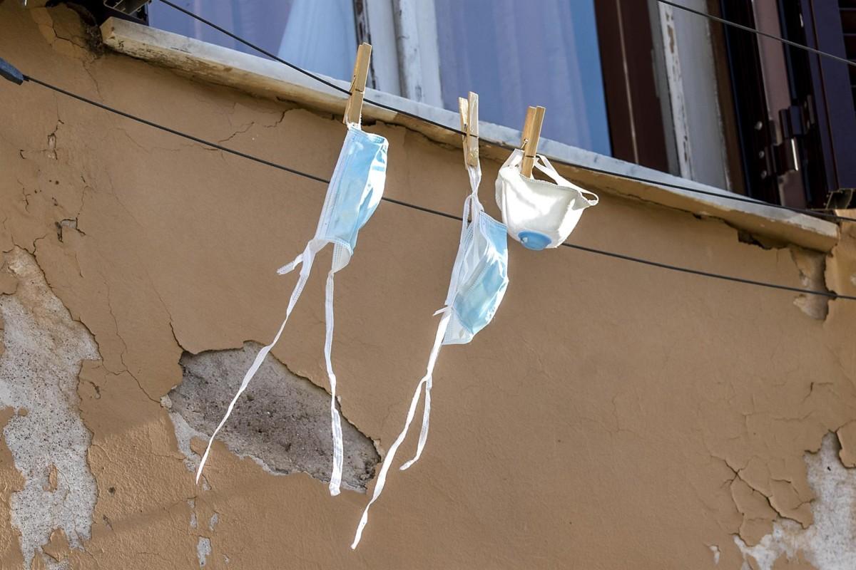 Mascarillas colgadas de una ventana en Roma