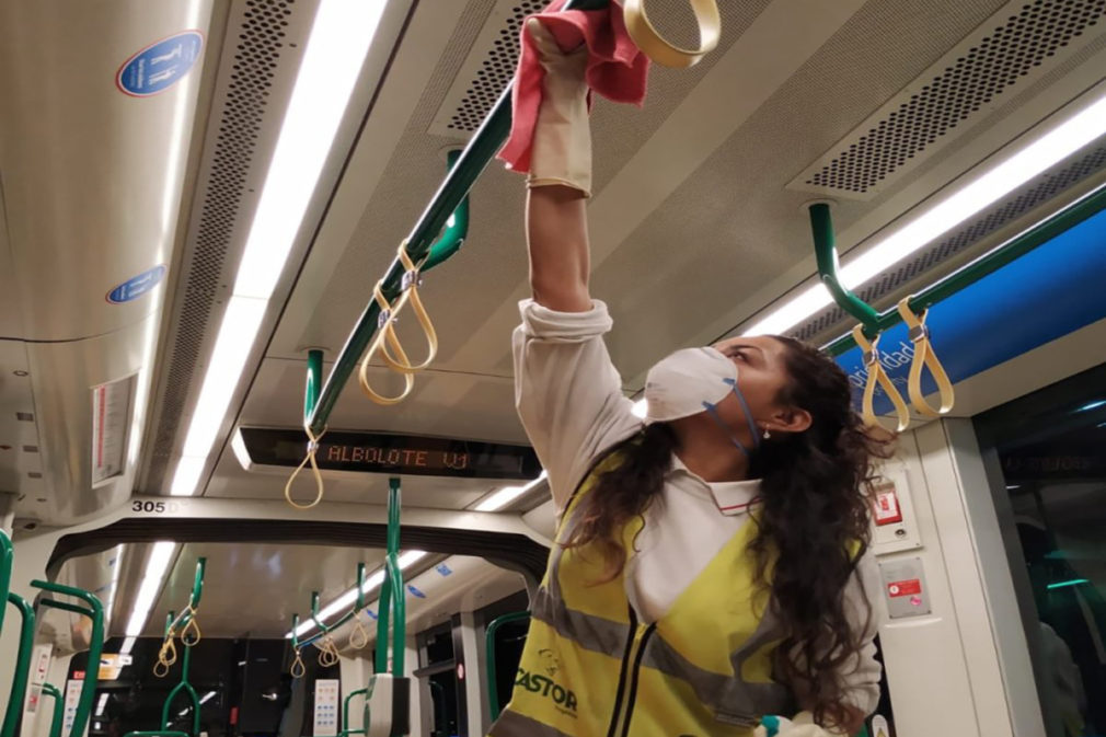 mujer desinfeccion metro granada coronavirus