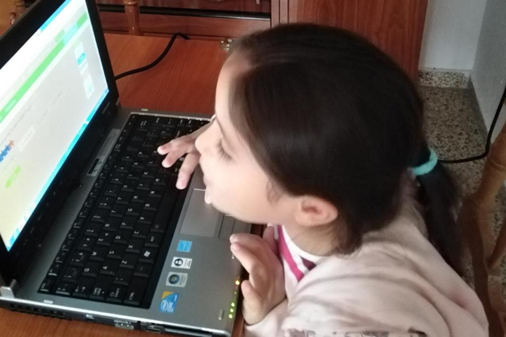niña recibido ordenador prestado Granada