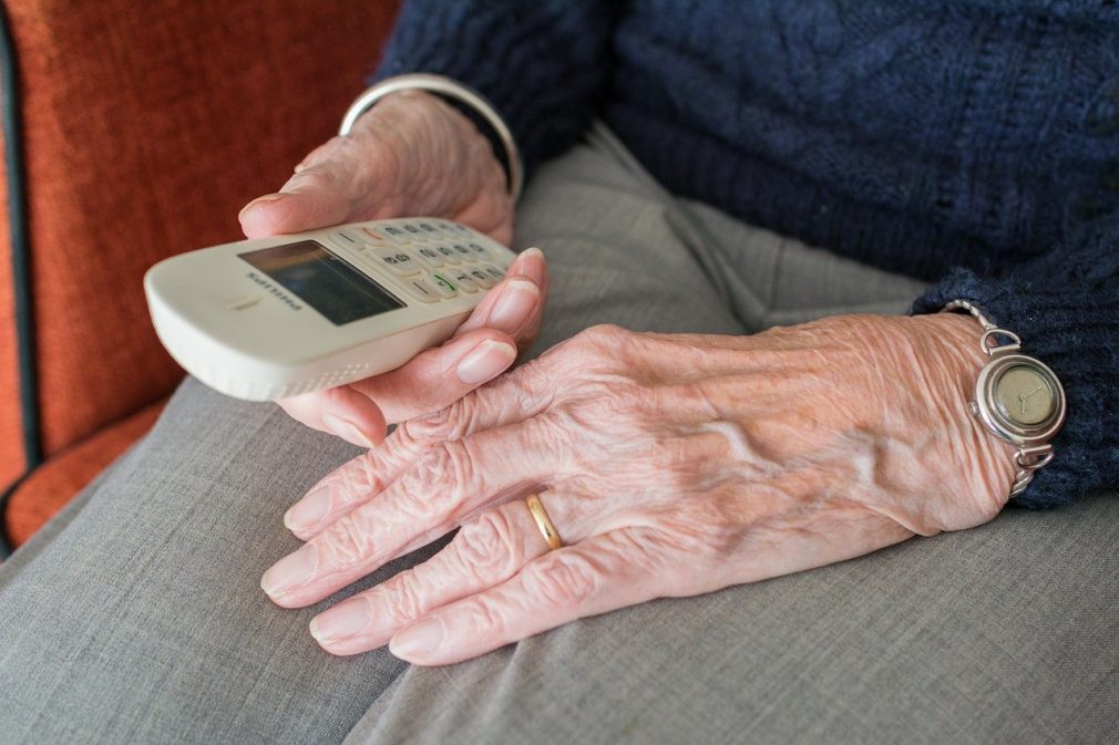 telefono persona mayor anciano