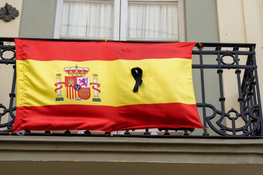 Banderas de España con crespones negros en algunos balcones de Sevilla a 13 de abril del 2020 - Eduardo Briones - Europa Press