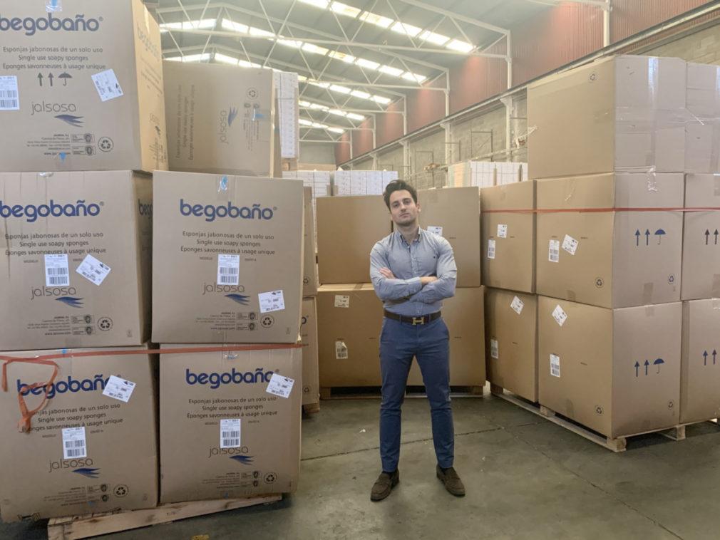 Fermín Giménez, gerente de Feribu, en el almacén con uno de los pedidos recién llegados