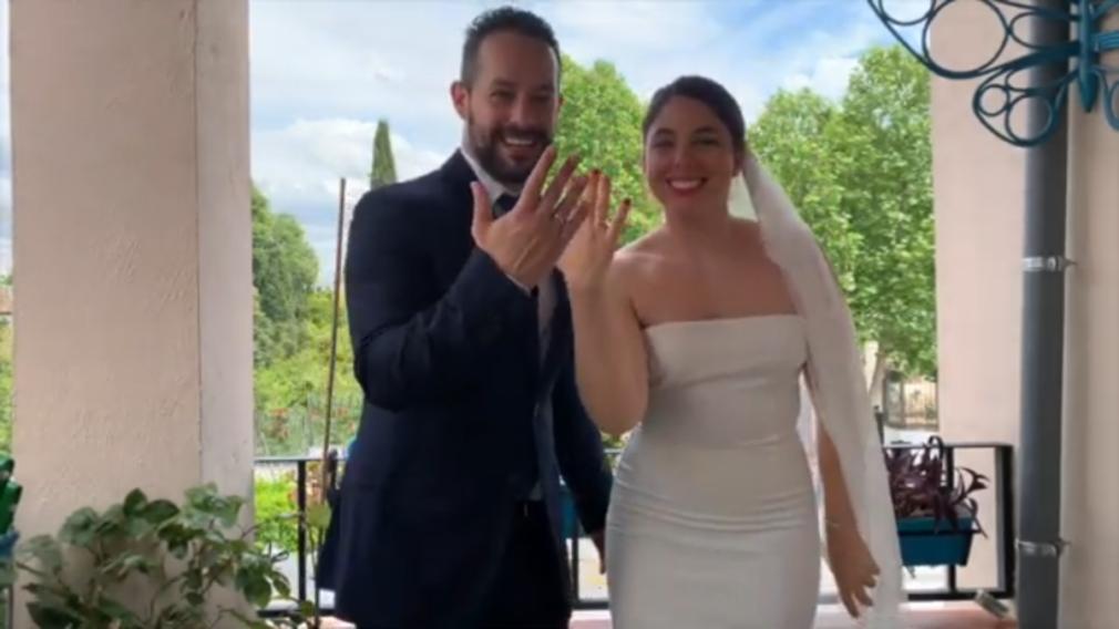 Fran y Ana muestran los anillos después de haber celebrado su no boda