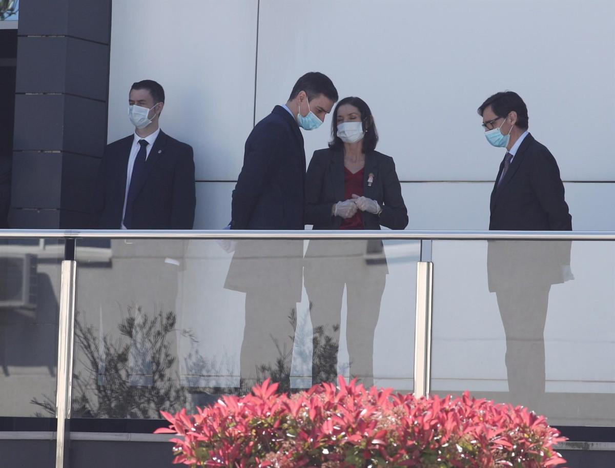 El presidente del gobierno, Pedro Sánchez, acompañado entre otros por la ministra de Industria y Comercio, Reyes Maroto, y el ministro de Sanidad, Salvador Illa