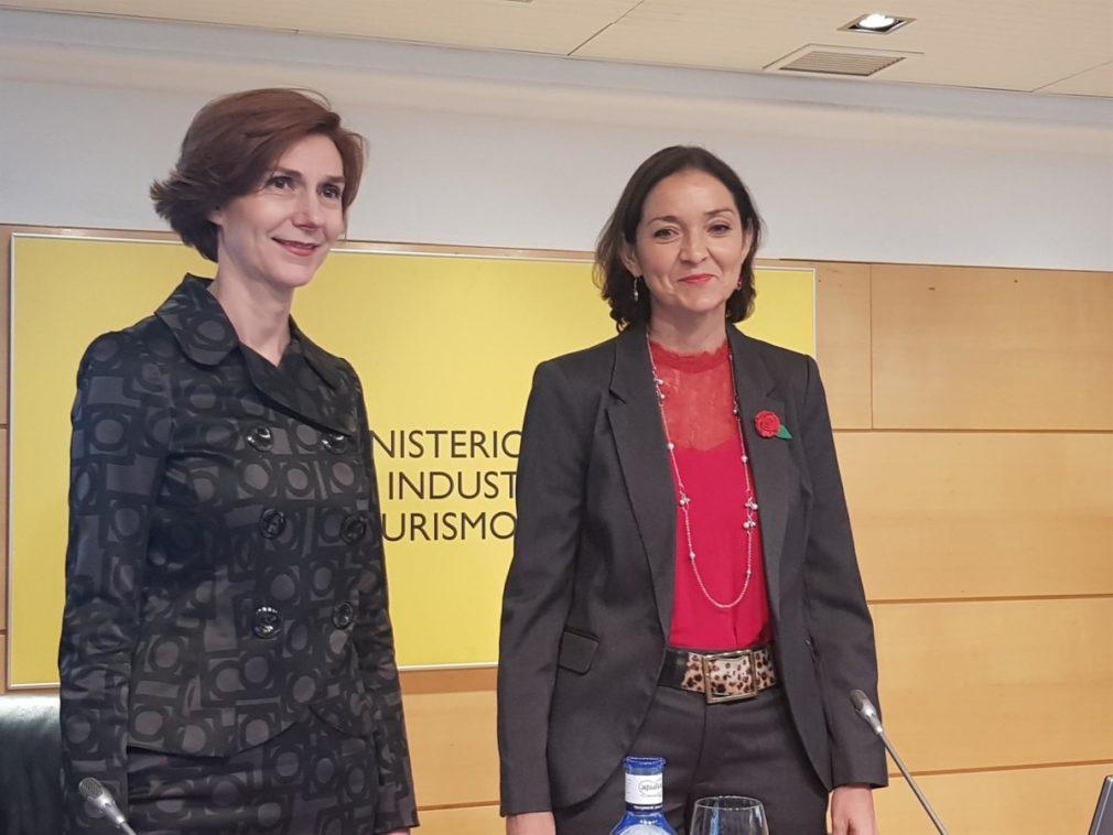 Reyes Maroto, minstra de Industria, Comercio y Turismo en funciones y e Isabel Oliver, secretaria de Estado de Turismo