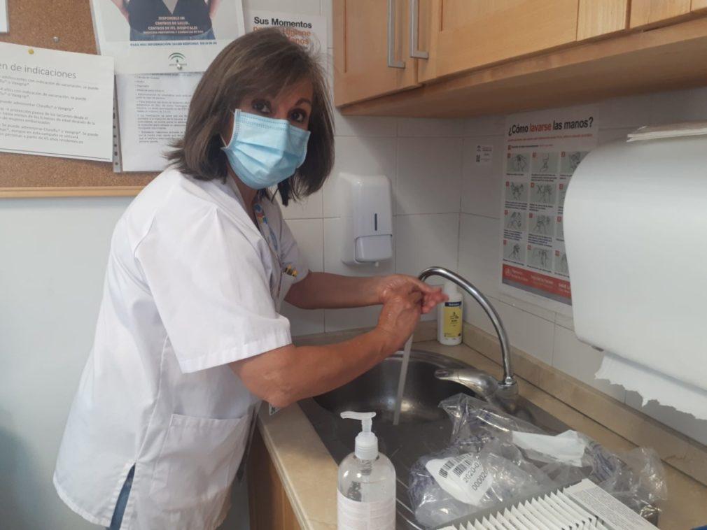 La jefa de Medicina preventiva durante el lavado de manos 3