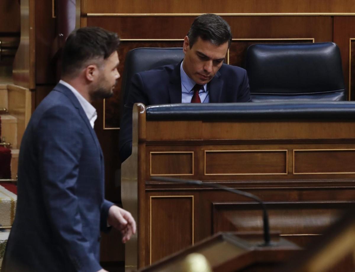El portavoz de ERC en el Congreso, Gabriel Rufián, pasa junto al presidente del Gobierno, Pedro Sánchez