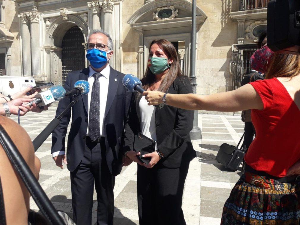 La viuda del agente asesinado de un tiro junto a su abogado - EUROPA PRESS