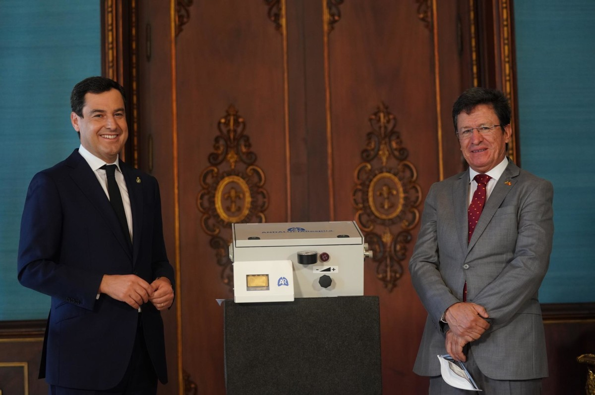 El presidente de la Junta, Juanma Moreno, en la firma con el embajador de la República de Ecuador en España, Cristóbal Fernando Roldán
