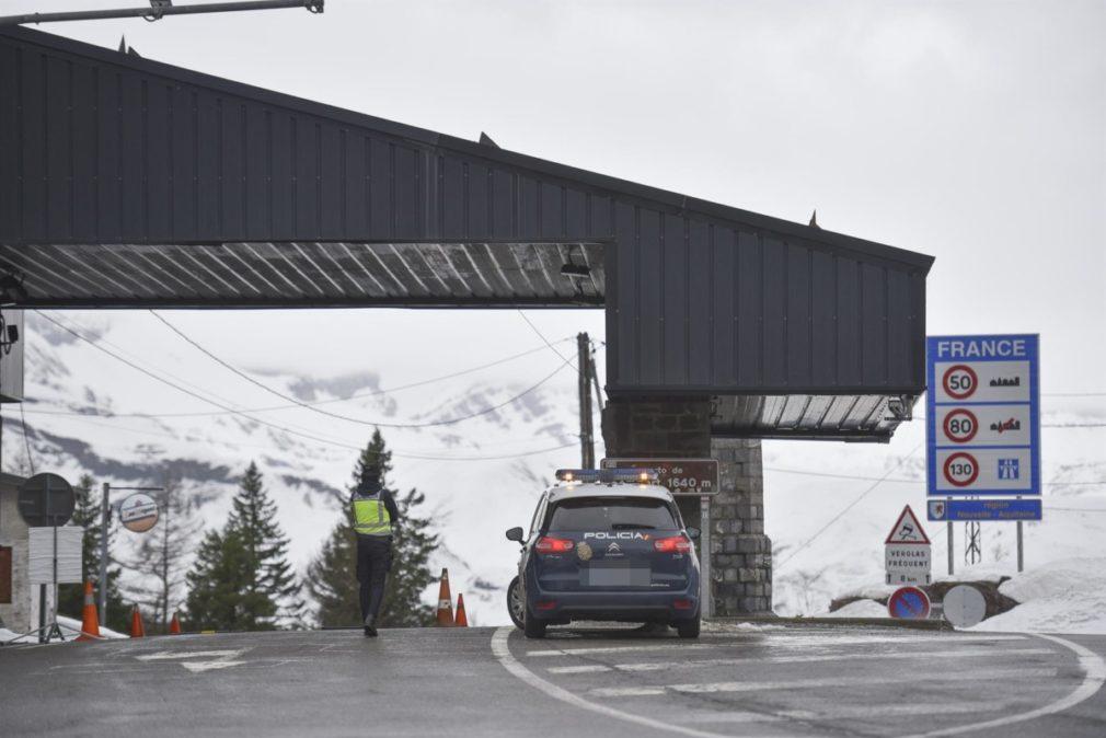 Un agente de guardia en el puesto fronterizo de Somport (Huesca) entre España y Francia tras el cierre de fronteras acordado por el Gobierno