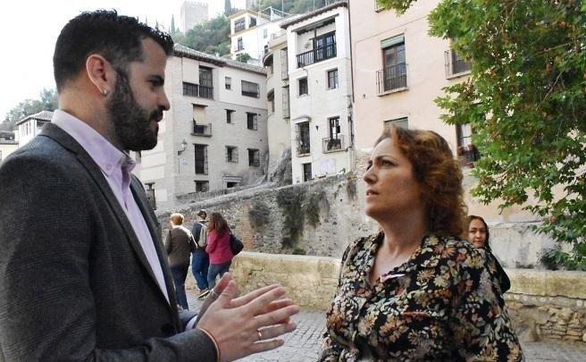 El parlamentario de Adelante Andalucía Jesús Fernández, con María Carmen Pérez, coordinadora provincial de IU