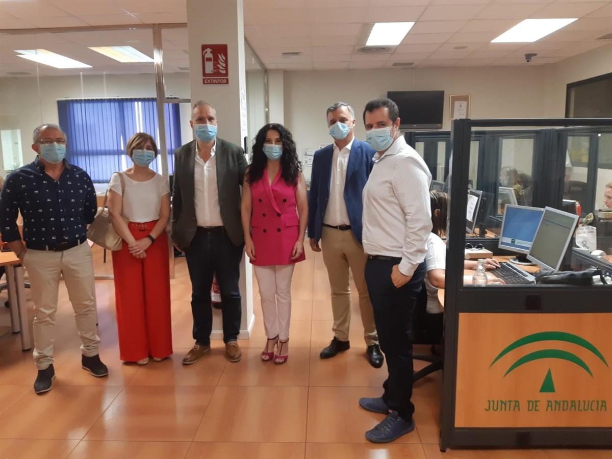 La consejera de Igualdad, Políticas Sociales y Conciliación, Rocío Ruiz, en una visita al Servicio Andaluz de Teleasistencia
