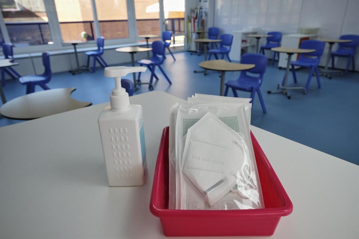 Mascarillas y gel desinfectante colegio en la mesa del profesor – Jesús Hellín – Europa Press