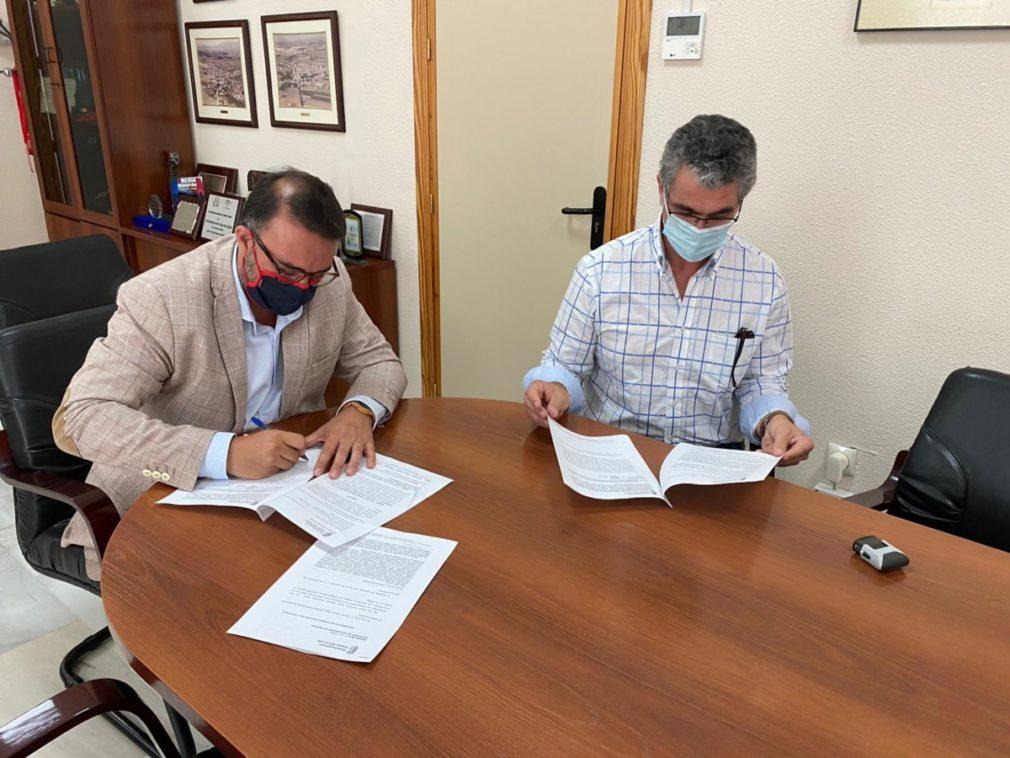 el alcalde de Vegas y el responsable de la empresa adjudicataria durante la firma del contrato.