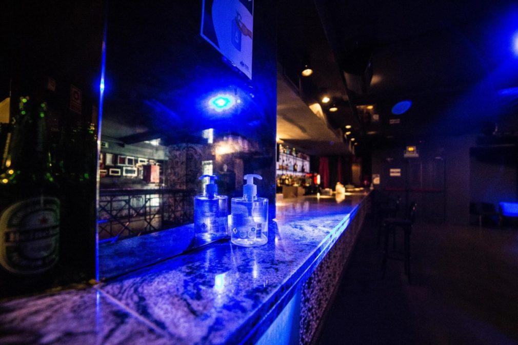 Gel desinfectante en una discoteca