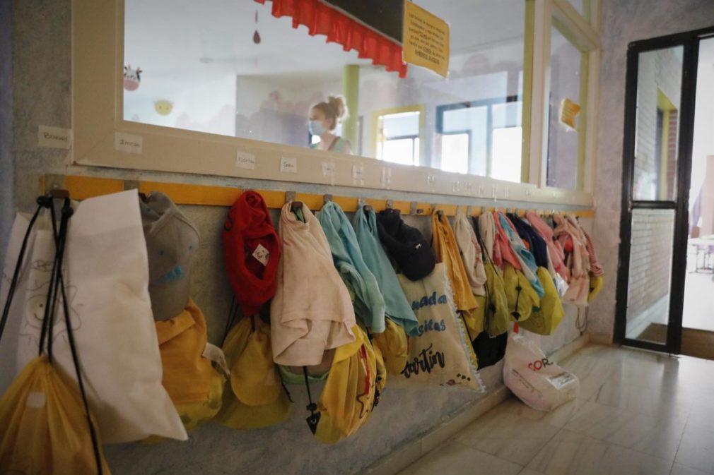 Chaquetas de los alumnos colgadas en la pared de una Escuela Infantil , foto de archivo - Jesús Hellín - Europa Press - Archivo
