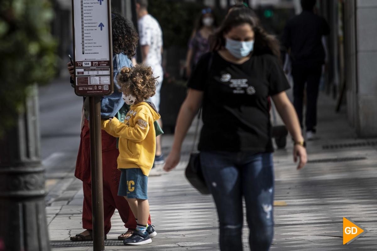 Ciudadania en Granada con mascarilla