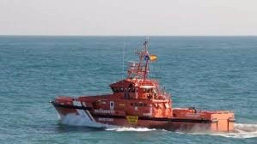 Granada.- Sucesos.- Trasladadas a Motril 18 personas, entre ellas tres menores, rescatadas de una patera en Alborán