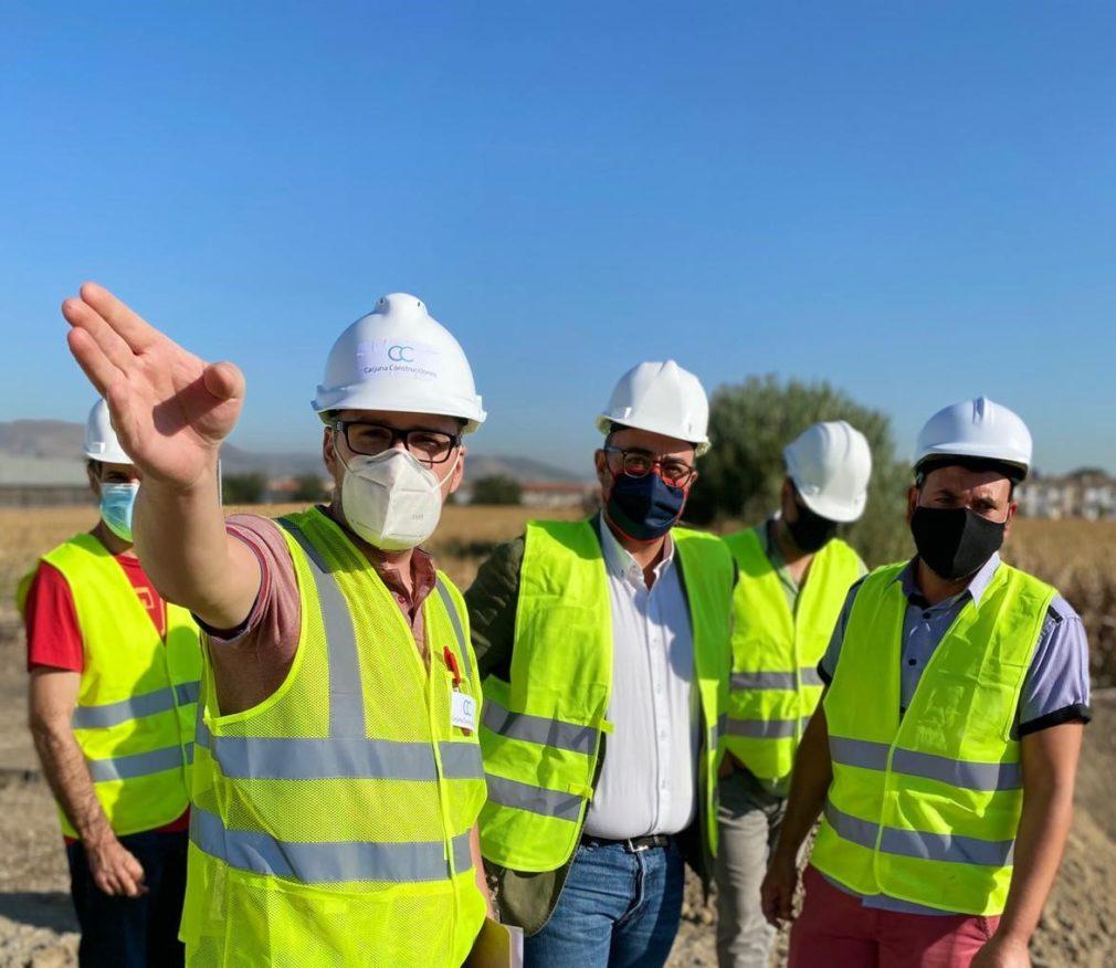 visita del alcalde y la concejala de Educación a las obras que se están realizando en los terrenos del nuevo colegio de Ambroz.