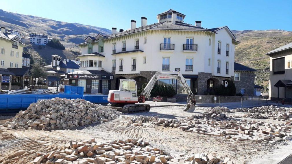 Obras de mejora en la plaza de Andalucia de Pradollano, centro neurálgico de la estación de esquí de Sierra Nevada