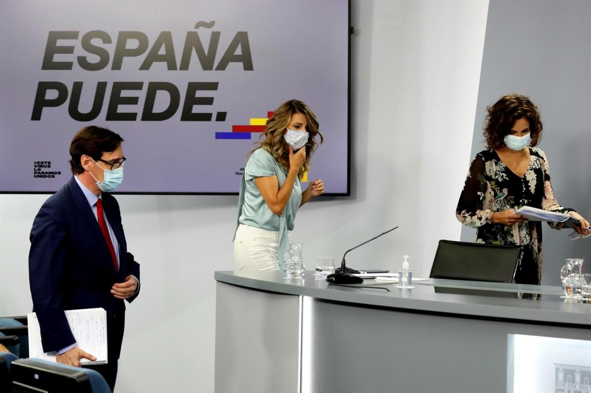 (I-D) El ministro de Sanidad, Salvador Illa; la ministra de Trabajo y Economía Social, Yolanda Díaz; y la ministra de Hacienda y Portavoz, María Jesús Montero, en la rueda de prensa posterior al Consejo de Ministros