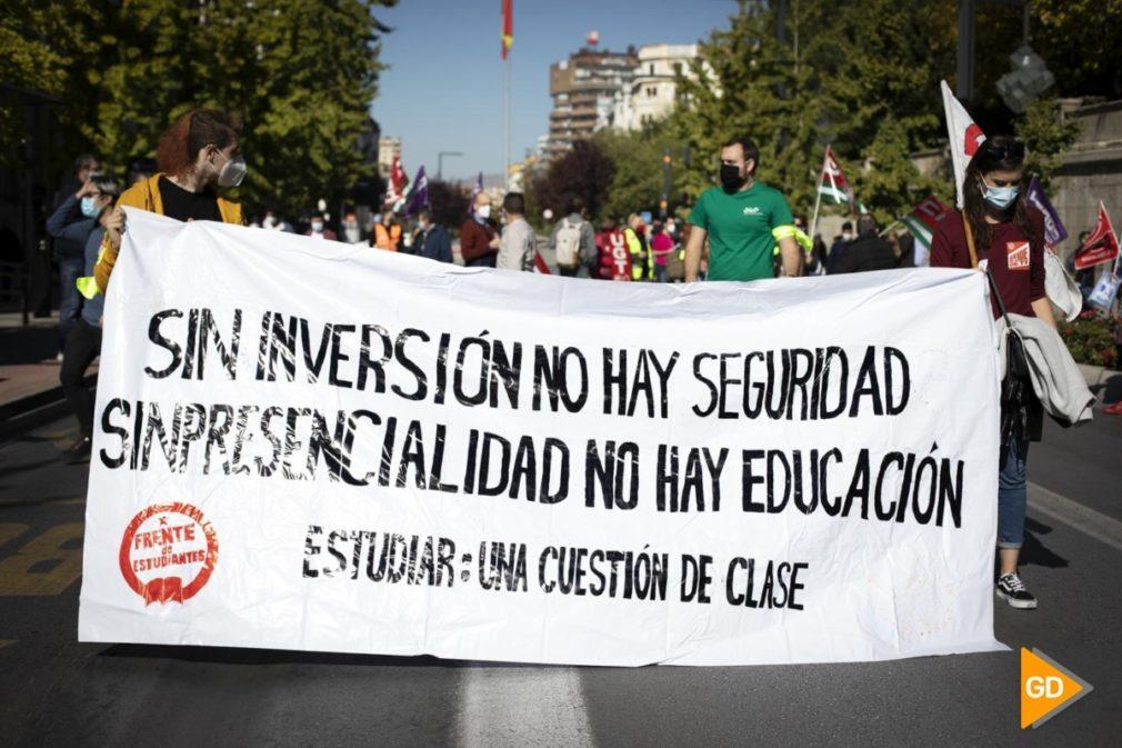 Manifestación en contra del cierre de la UGR en la Gran Vía de Granada