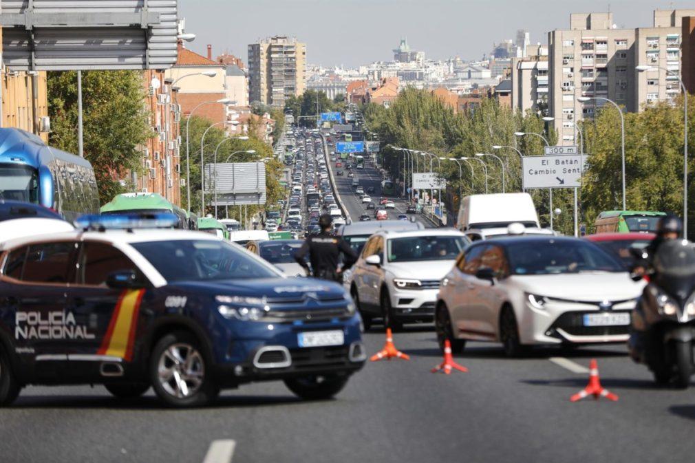 Agentes de Policía Nacional durante un control en la carretera A-5, en Madrid
