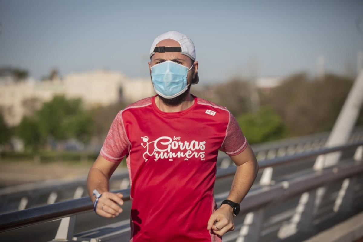 Un corredor con mascarilla en el primer día en que el Gobierno permite salir a hacer deporte de forma individual