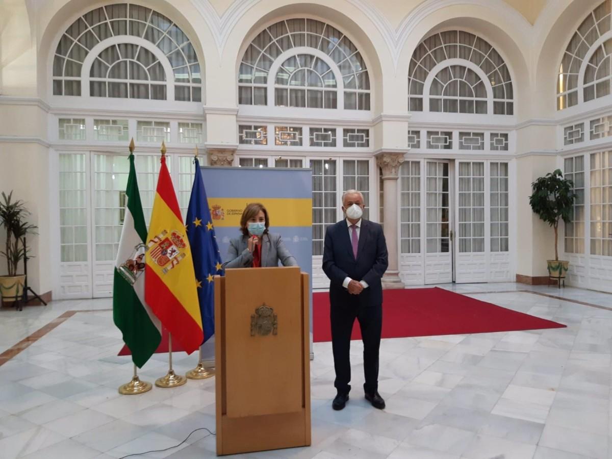 La delegada del Gobierno en Andalucía, Sandra García, y el Defensor del Pueblo andaluz, Jesús Maeztu, en rueda de prensa en Sevilla