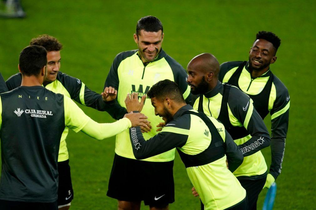 luis suarez con sus compañeros entrenamiento Granada CF - Foto Pepe Villoslada