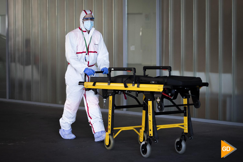 Enfermero con epi en la puerta de urgencias del Hospital Clínico San Cecilio de Granada