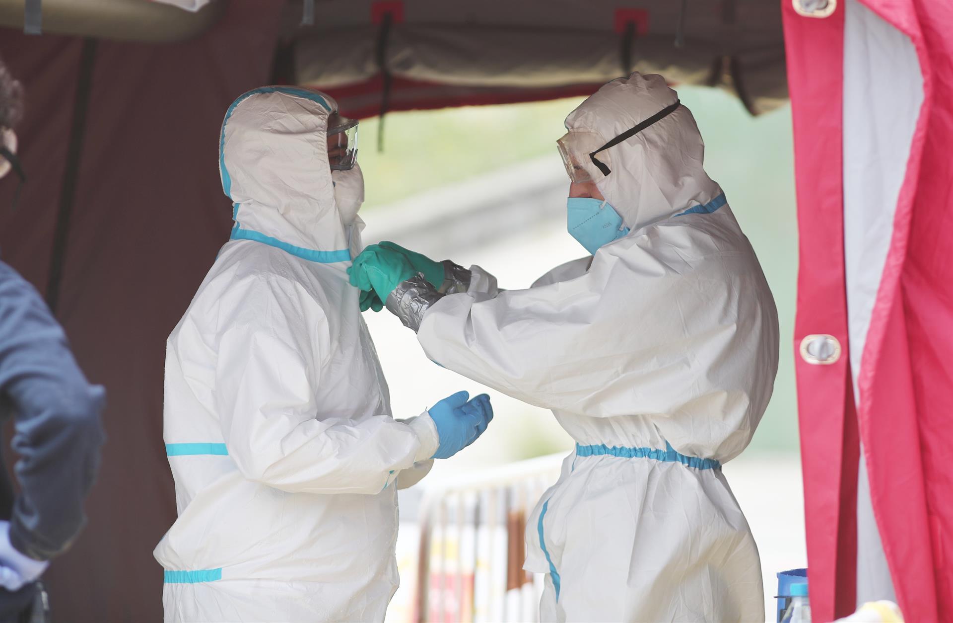 sanitarios con equipos de protección frente a la Covid-19. – Eduardo Parra – Europa Press – Archivo