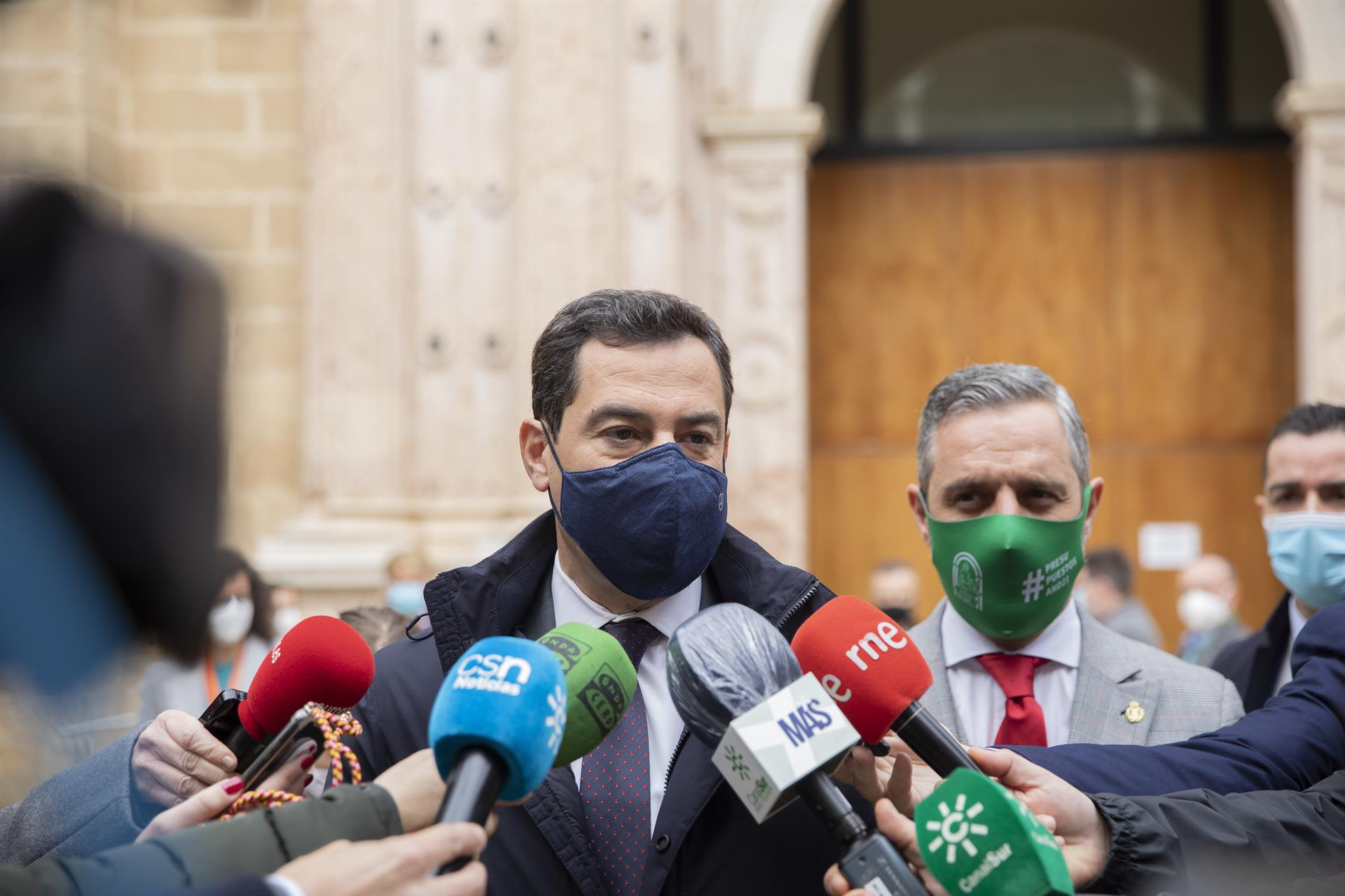 El presidente de la Junta de Andalucía, Juanma Moreno, junto al consejero de Hacienda, Juan Bravo Foto MJosé López EP