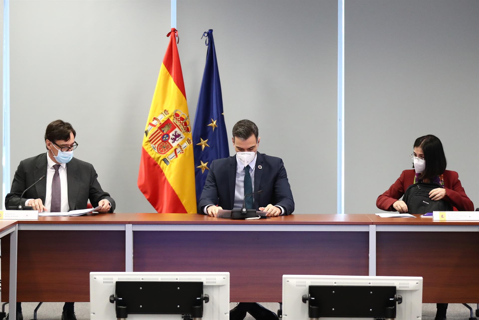 (I-D) El ministro de Sanidad, Salvador Illa, el presidente del Gobierno, Pedro Sánchez y la ministra de Política Territorial y Función Pública, Carolina Darias el 25 de enero de 2021. – Moncloa