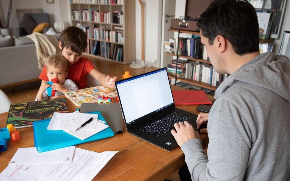 Confinamiento tecnología familia niños papa