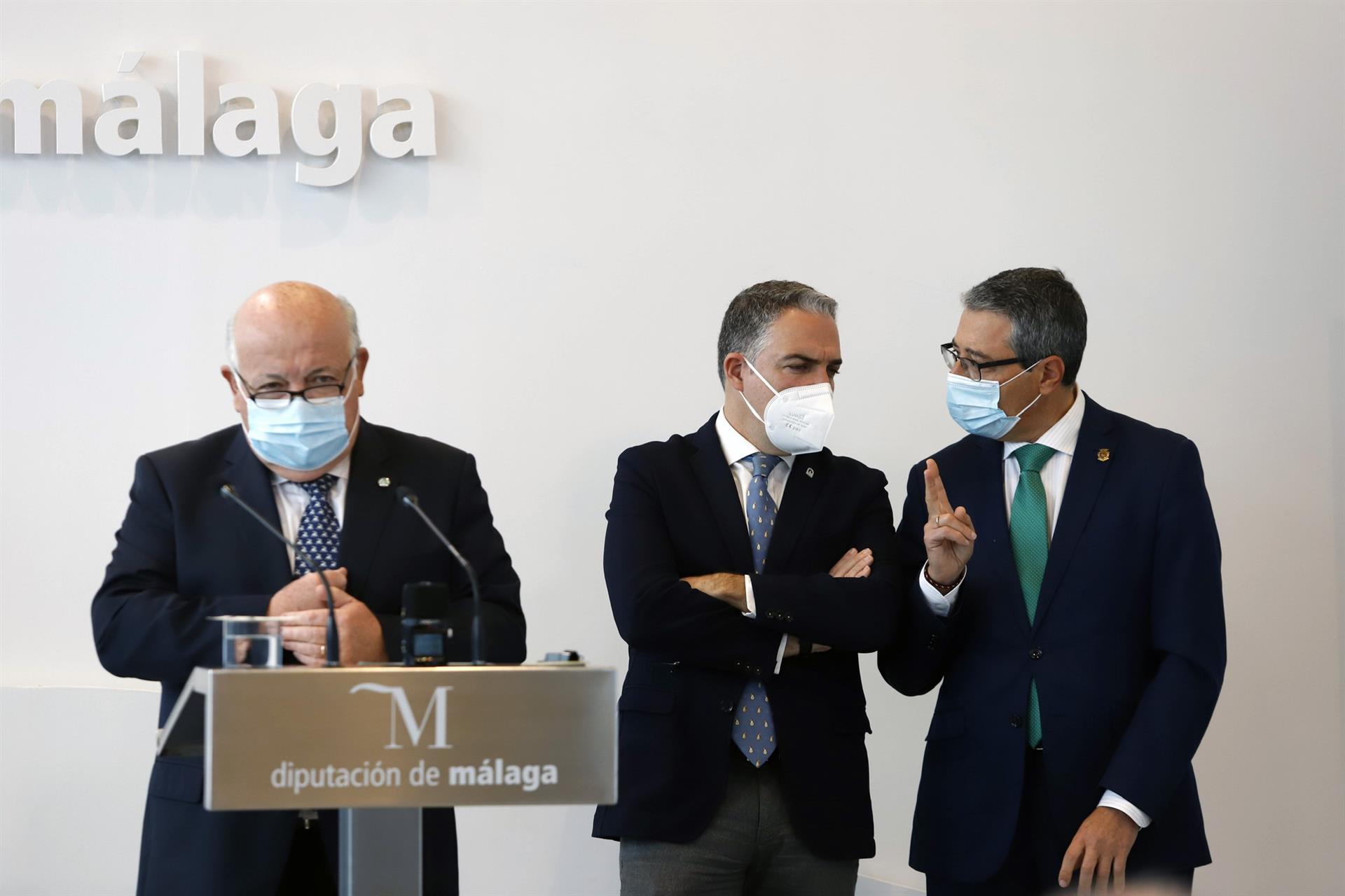 Los consejeros Elías Bendodo, Jesús Aguirre y el presidente de la Diputación de Málaga, Francisco Salado – EP ÁLEX ZEA
