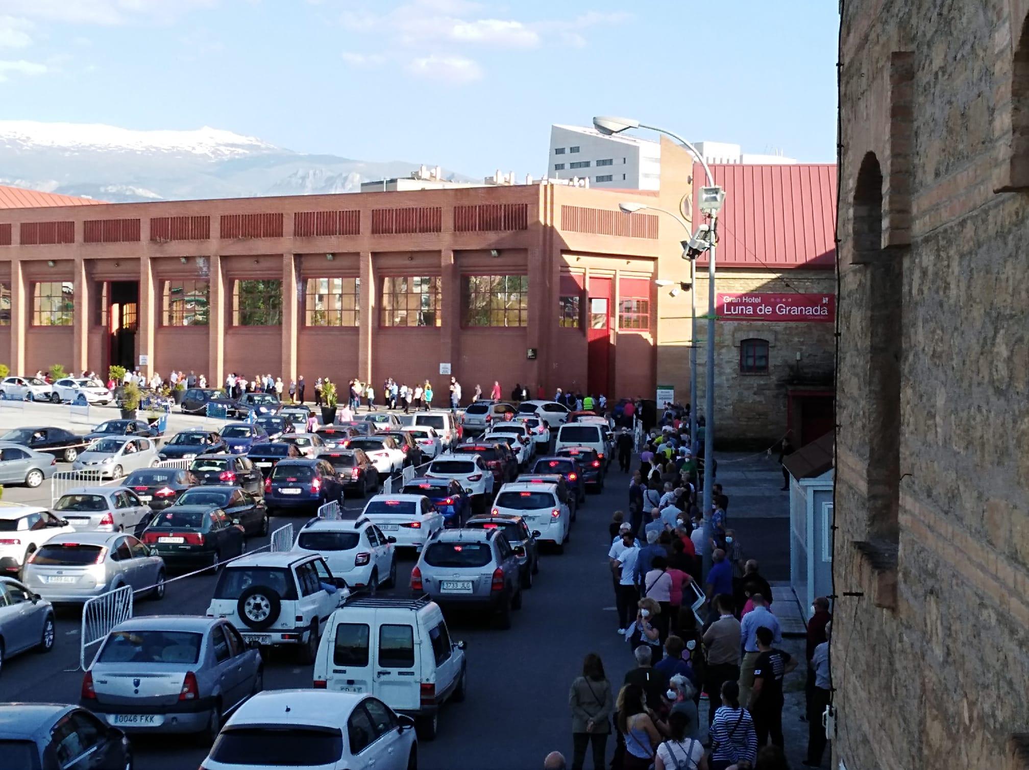 Colas de coches para la vacunación masiva en Fermasa