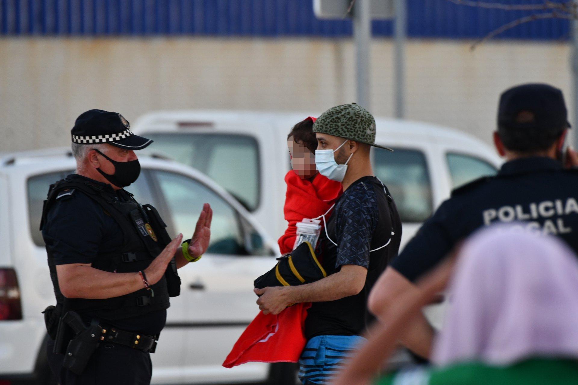 España mantendrá 'sine die' el despliegue policial y militar del Tarajal de Ceuta, por donde ya no se registran entradas