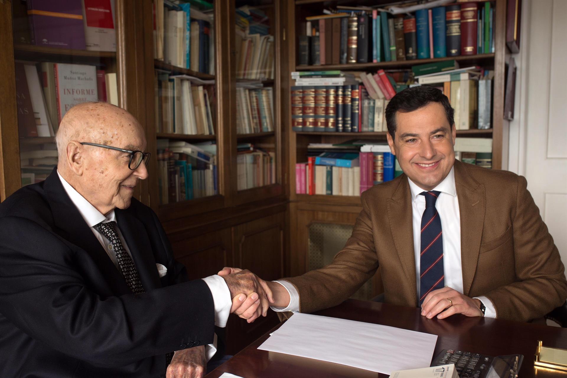 El presidente de la Junta de Andalucía, Juanma Moreno, y el exministro de UCD Manuel Clavero, en una imagen de archivo