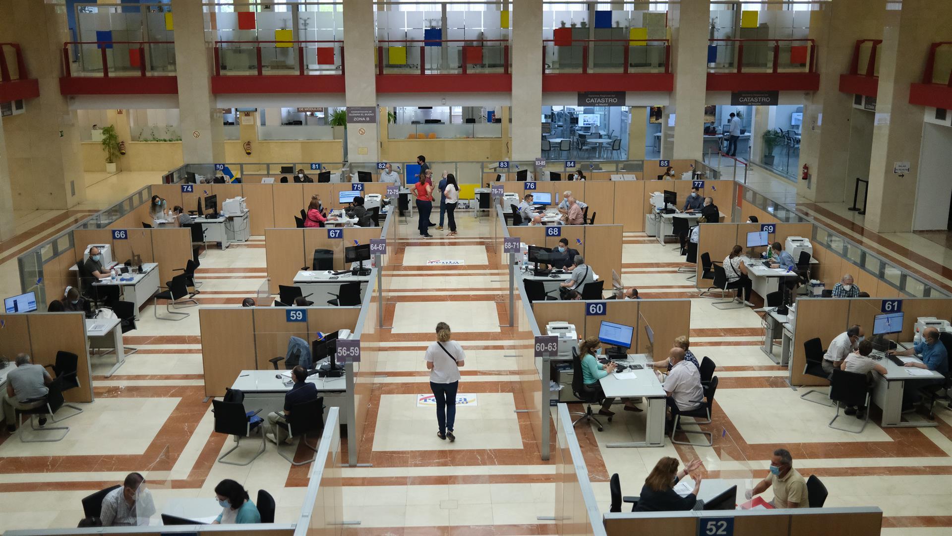 Empleados atienden a contribuyentes de manera presencial desde una oficina de la Agencia Tributaria. – Cézaro De Luca – Europa Press