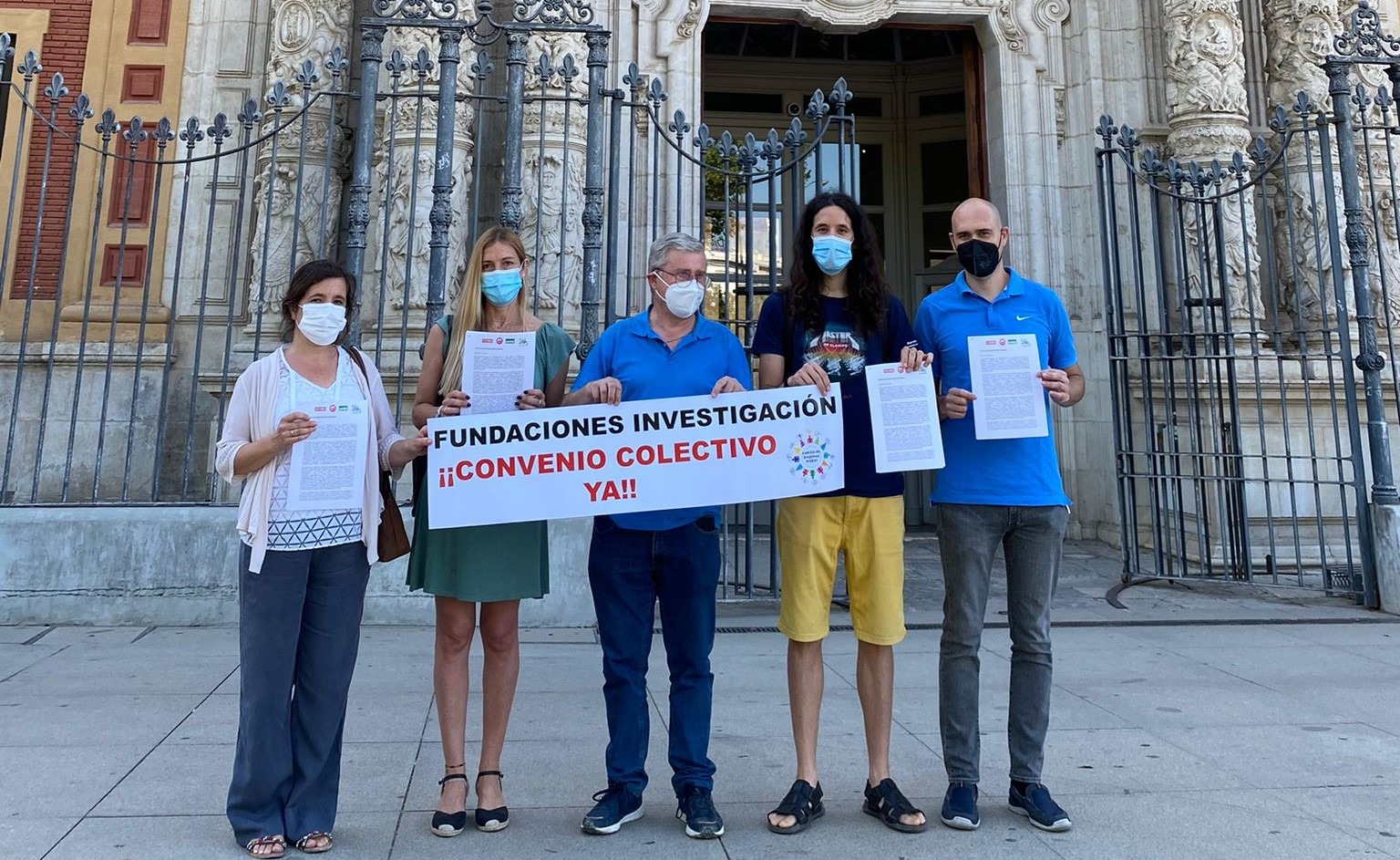 Foto entrega de carta al presidente de la Junta de Andalucía