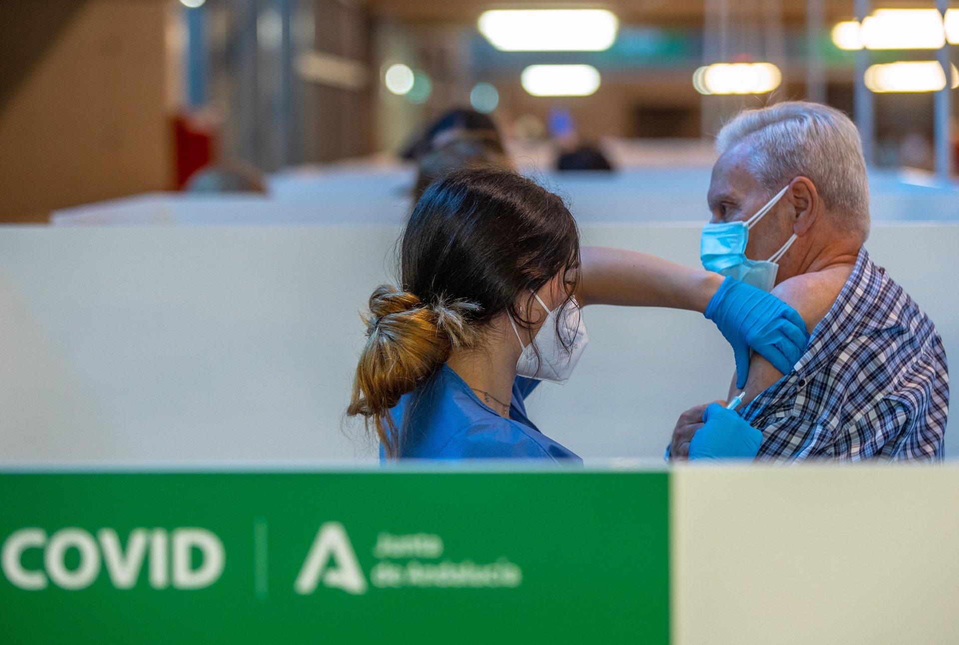 """Coronavirus.- Andalucía roza los cinco millones de vacunas puestas y Juanma Moreno pide """"ciencia y mucha cautela"""""""