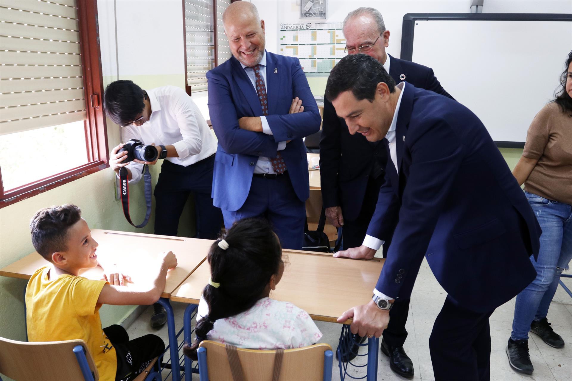 l presidente de la Junta de Andalucía, Juanma Moreno, durante una visita a un colegio, en una fotografía de archivo – Álex Zea – Europa Press