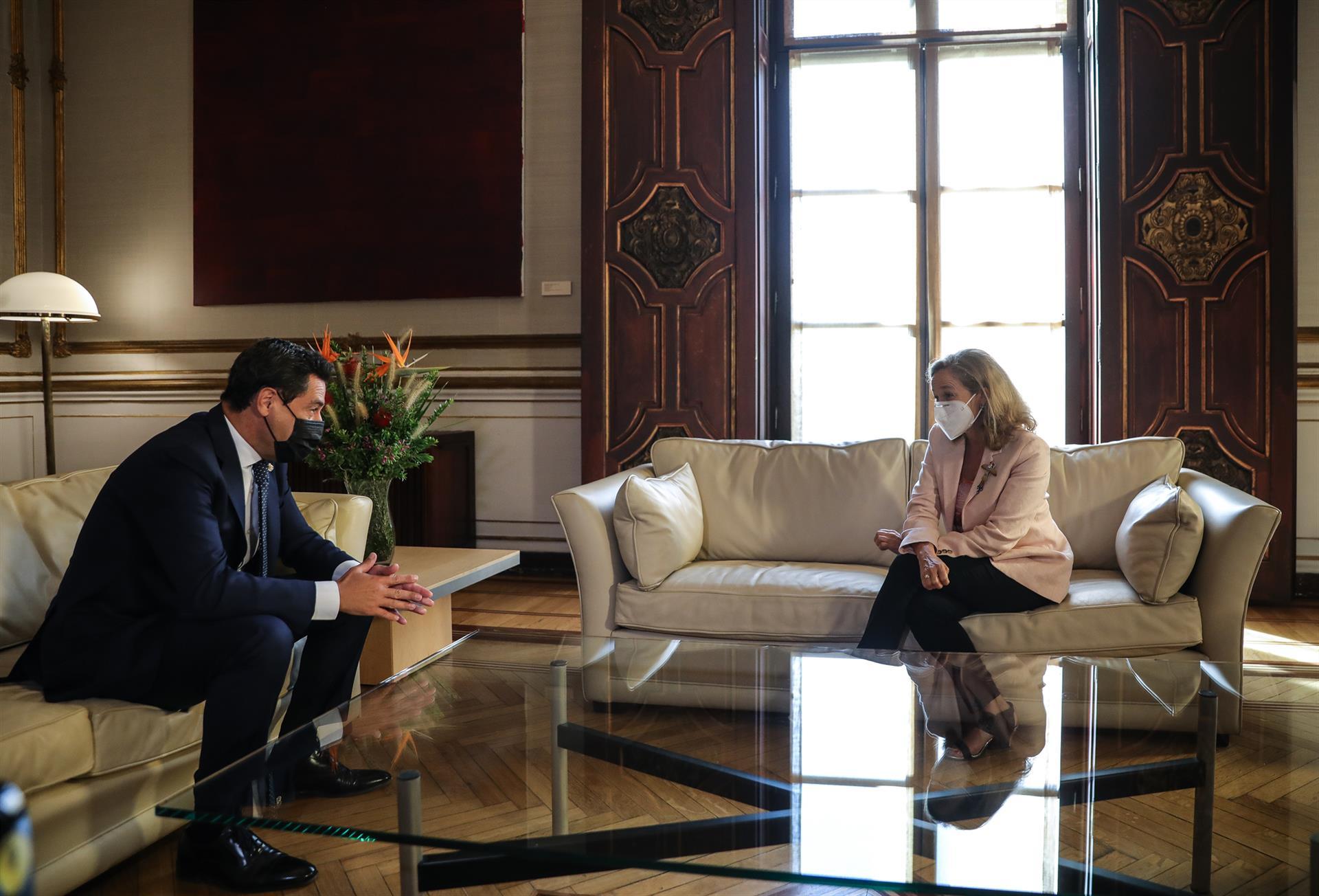 Juanma Moreno se reúne con la vicepresidenta primera del Gobierno, Nadia Calviño Foto María José López EP