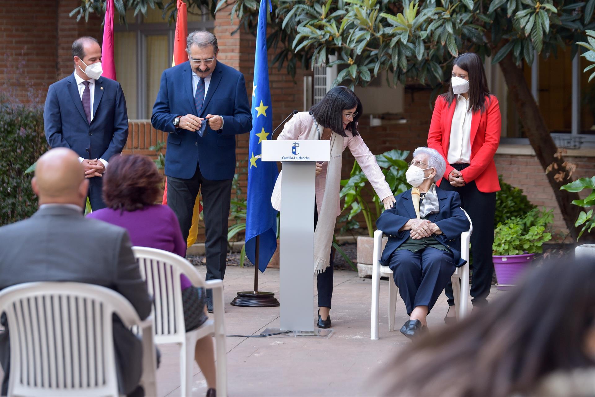 Carolina Darias junto a Araceli Hidalgo, primera mujer vacunada de España contra el coronavirus, en la recepción de la tercera dosis